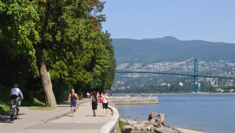 Du-khach-dao-bo-quanh-cong-vien-Stanley-Vancouver